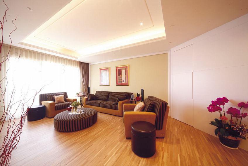 现代家居客厅条纹家具装饰图