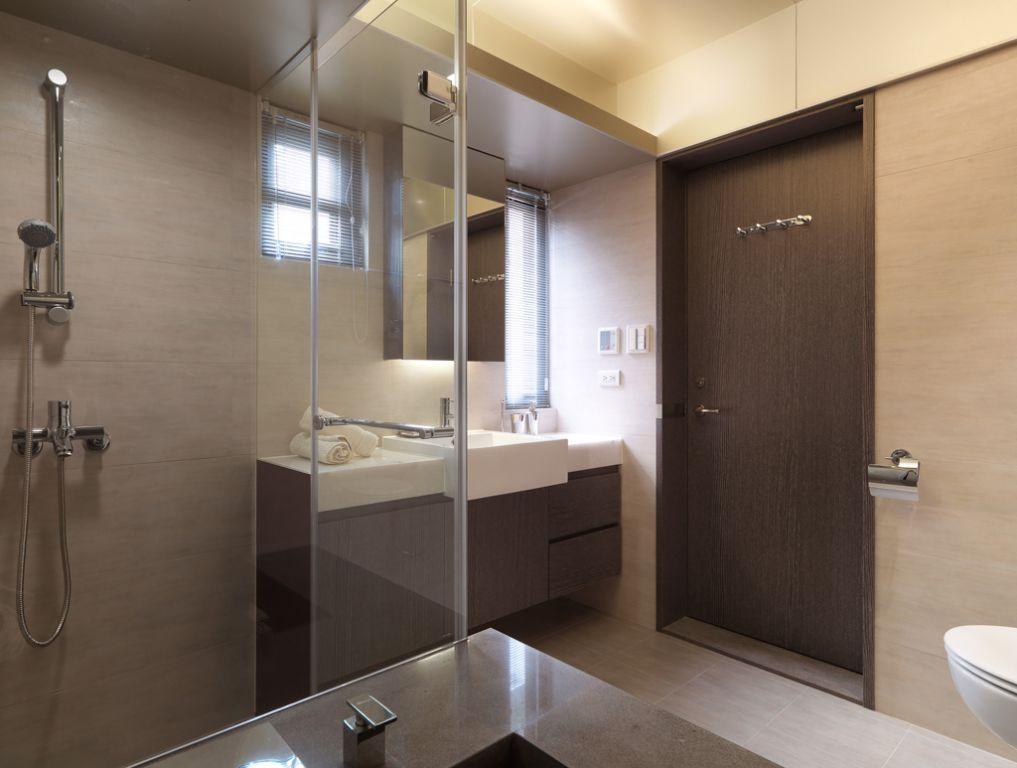现代小户型卫生间咖啡色木质门装饰效果图