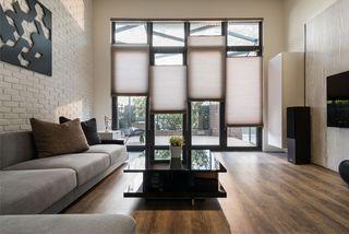 别墅客厅现代风格玻璃门隔断设计装修图