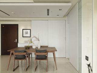 现代简约风格餐厅实木餐桌椅装饰效果图