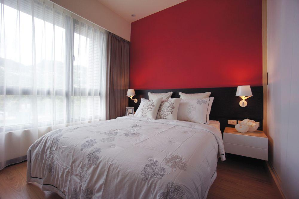 靓丽后现代风卧室红色背景墙装饰效果图