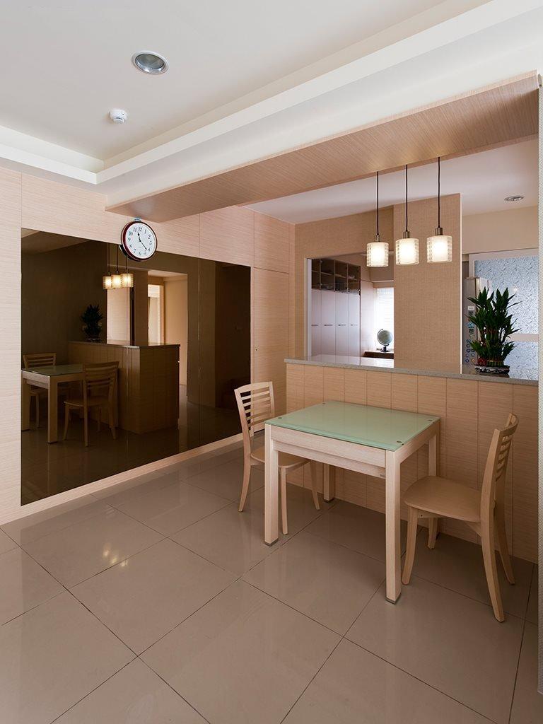 原木现代简约餐厅 镜面背景墙设计