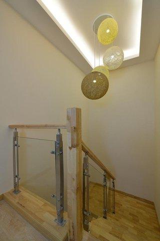温馨宜家原木楼梯吊顶效果图