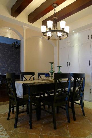 古朴美式风格餐厅黑色餐桌椅布置