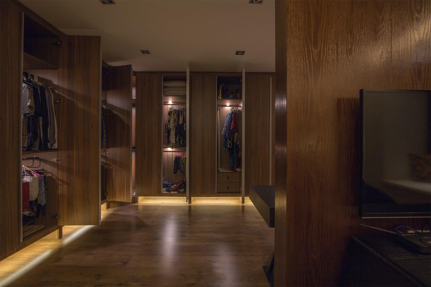 时尚美式实木衣帽间设计