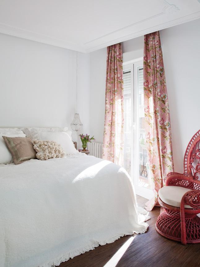 粉色田园风卧室碎花窗帘设计