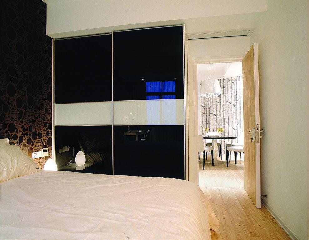 时尚现代卧室烤漆衣柜装饰图
