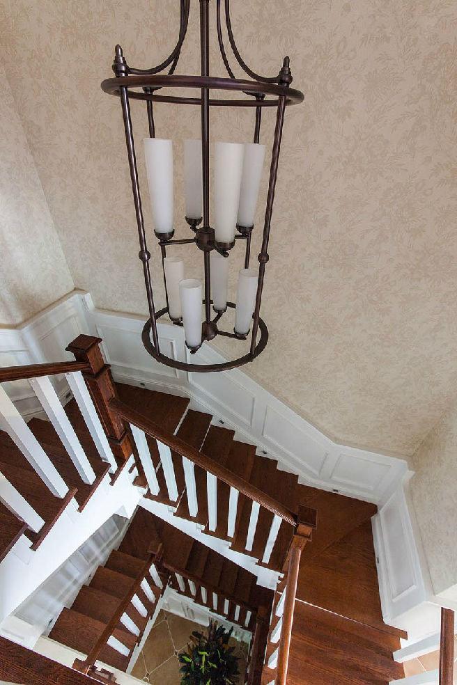 美式风格别墅楼梯装饰图
