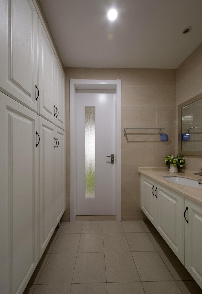 现代简约卫生间白色门装饰