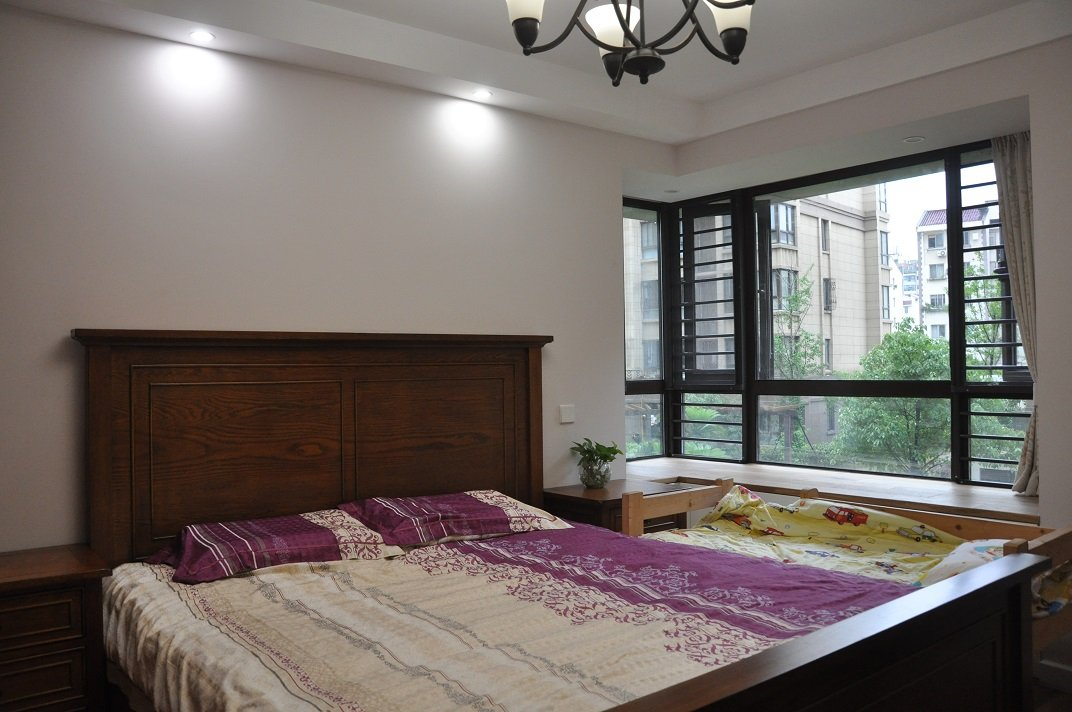 朴素现代风卧室飘窗效果图