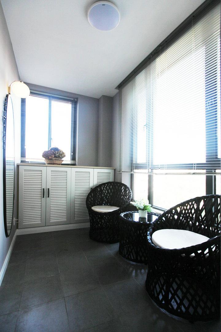 现代家居封闭式阳台黑色藤制茶几桌椅装饰效果图