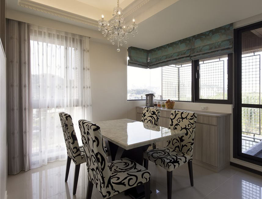 简约设计餐厅白色窗帘装饰图
