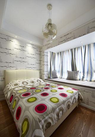 简约美式卧室飘窗窗帘装饰图