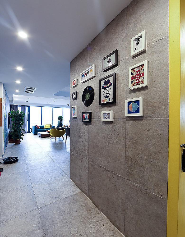现代风格过道相片墙设计