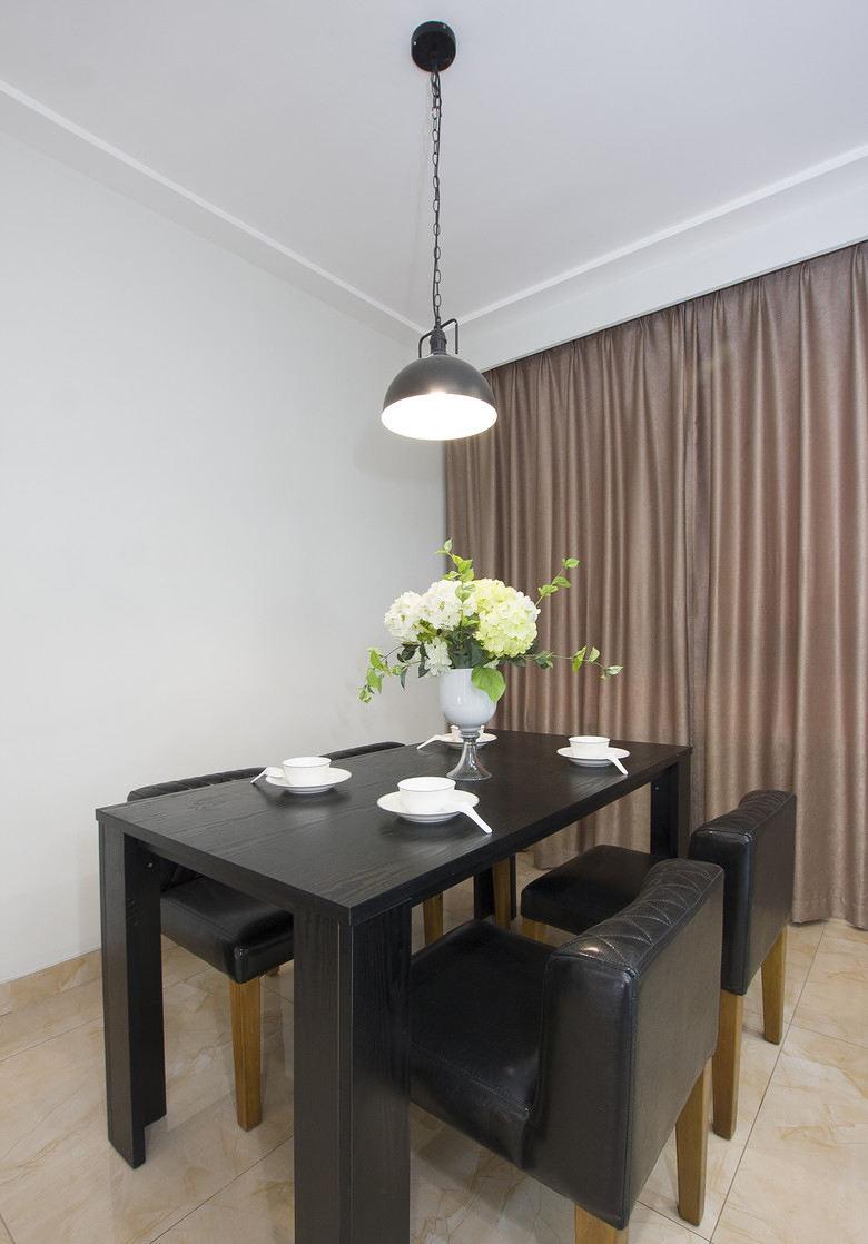 现代简约餐厅黑色桌椅装饰