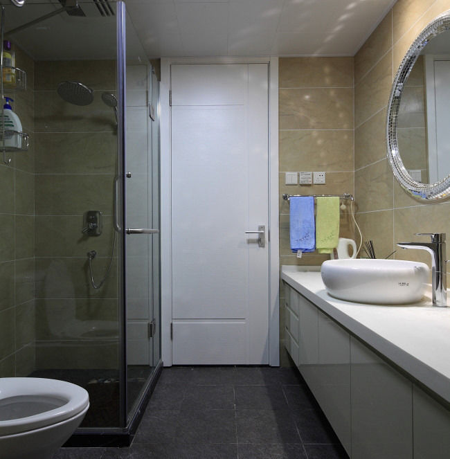 时尚现代卫生间白色门装饰