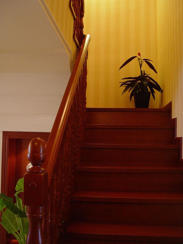 高档欧式复式楼实木楼梯装饰效果图