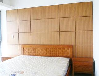 宜家中式卧室床头实木背景墙