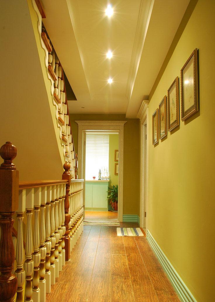 温馨暖调复古美式别墅楼梯过道装饰