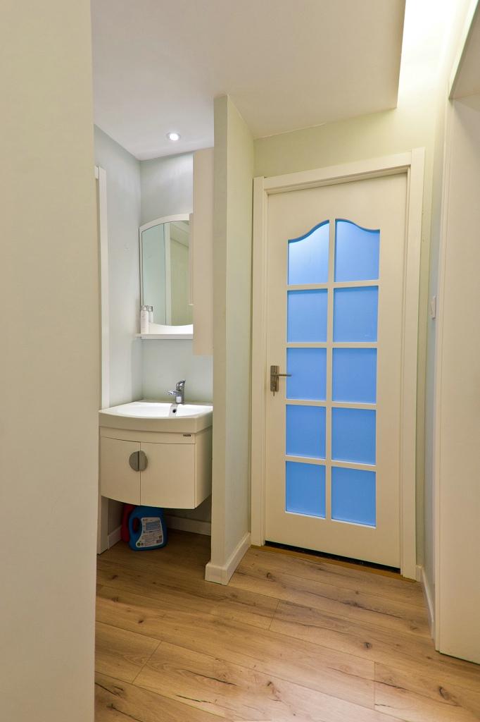 纯净宜家装修风格家居卫生间白色门装饰效果图
