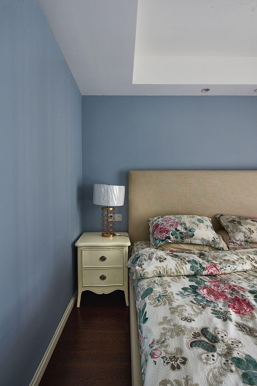 蓝灰色简约美式卧室背景墙装饰效果图