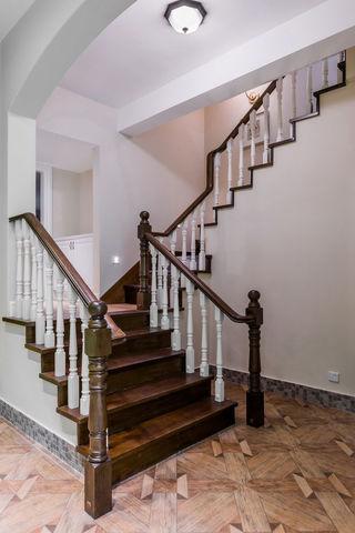 美式风格别墅实木楼梯装修图
