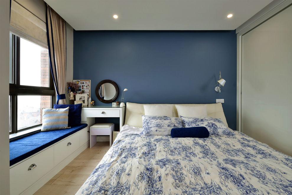沉稳深蓝色简约美式卧室带飘窗设计