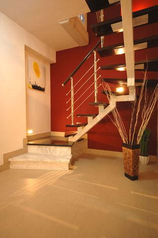 时尚摩登现代风复式楼梯红色背景墙装修