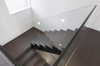 简约现代山野别墅实木楼梯装饰图