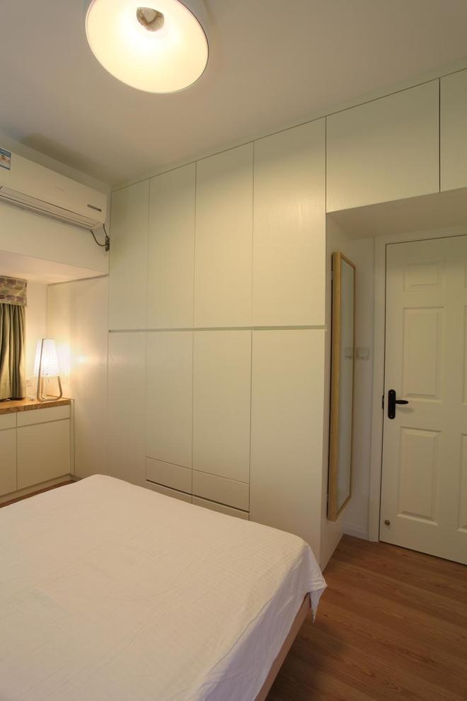 温馨简约卧室白色整体衣柜装饰效果图