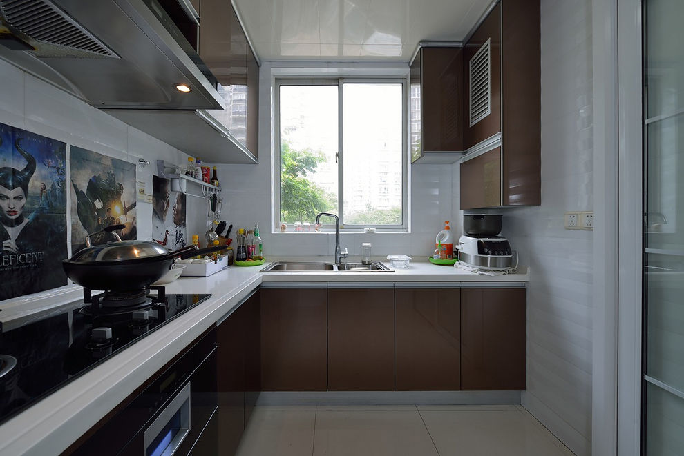 简约现代风厨房咖色L型橱柜效果图