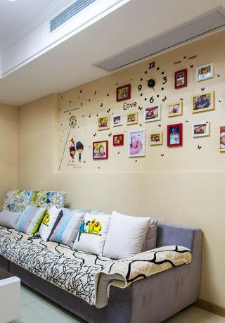 温馨简约宜家风客厅照片墙装饰