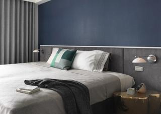 简约卧室床头蓝色背景墙装饰图