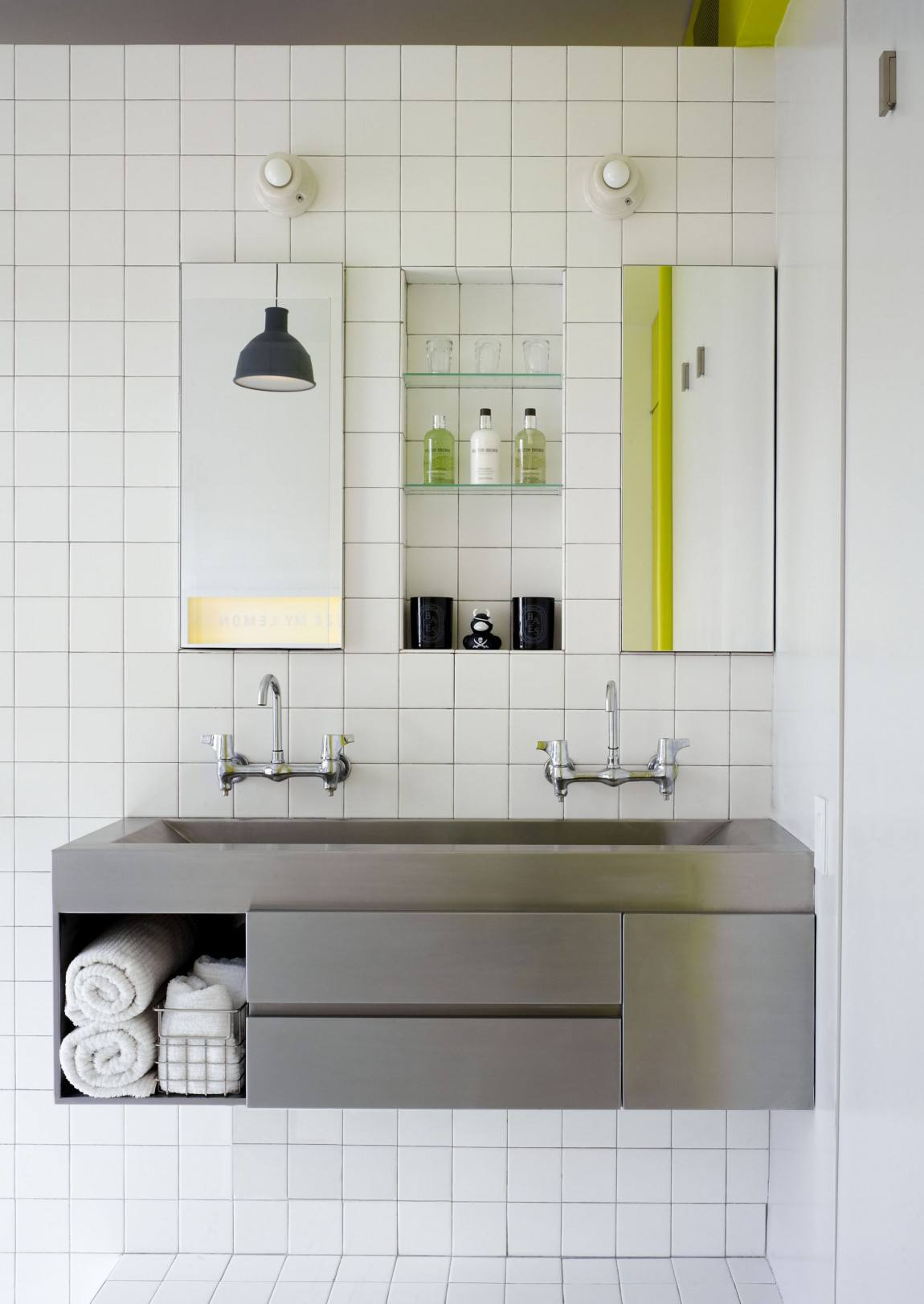 简约宜家卫生间白色马赛克墙面设计