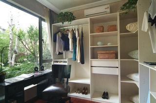 现代简约公寓封闭式阳台衣帽间设计装潢