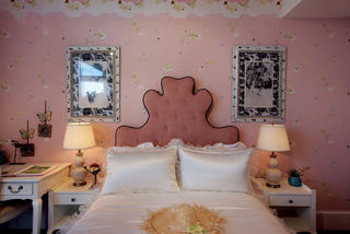 唯美粉色美式风格卧室台灯装饰图