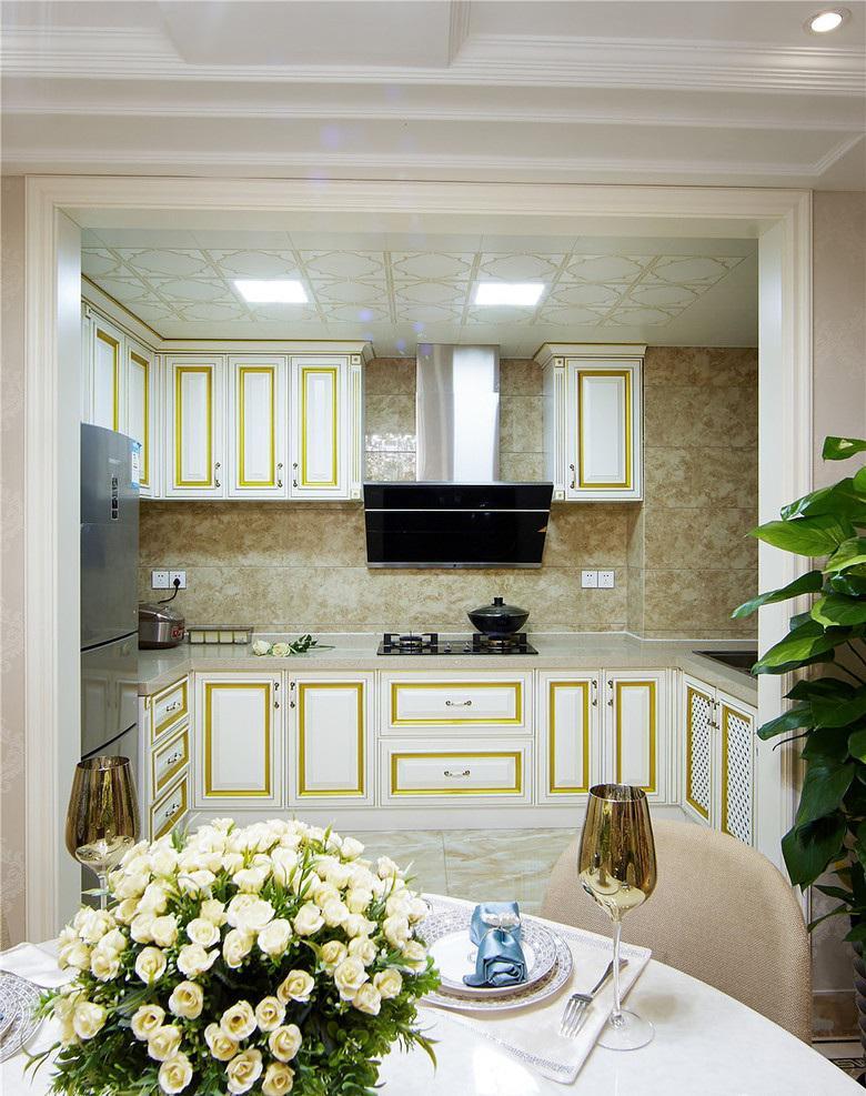 金黄色唯美简欧厨房橱柜装饰效果图