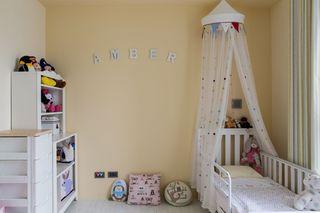 甜美淡黄色现代儿童房装饰效果图