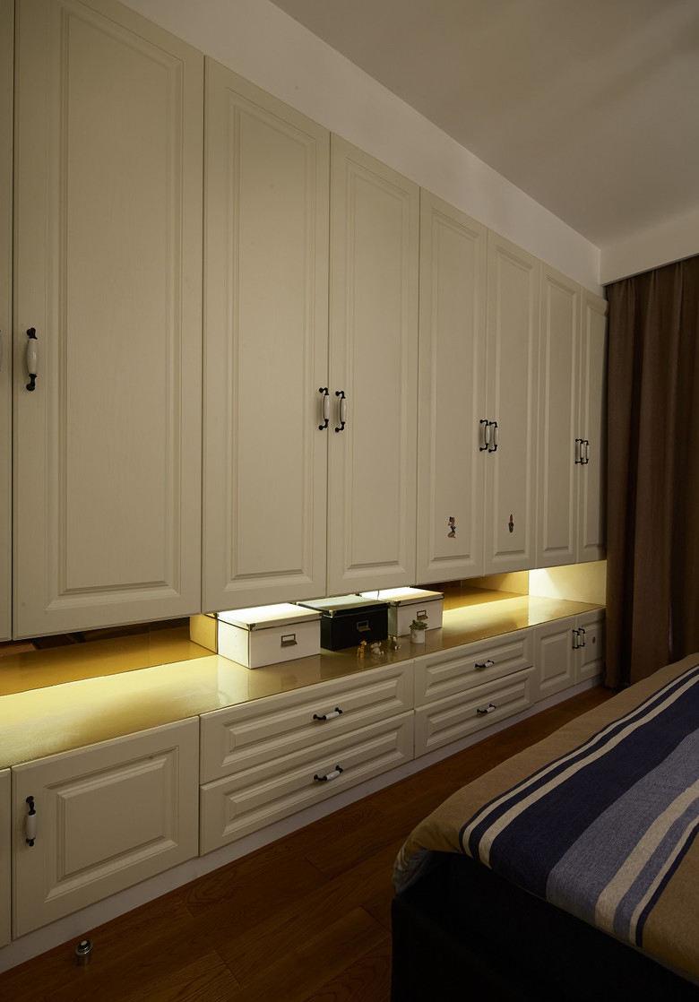 简约大气美式卧室米色衣柜效果图