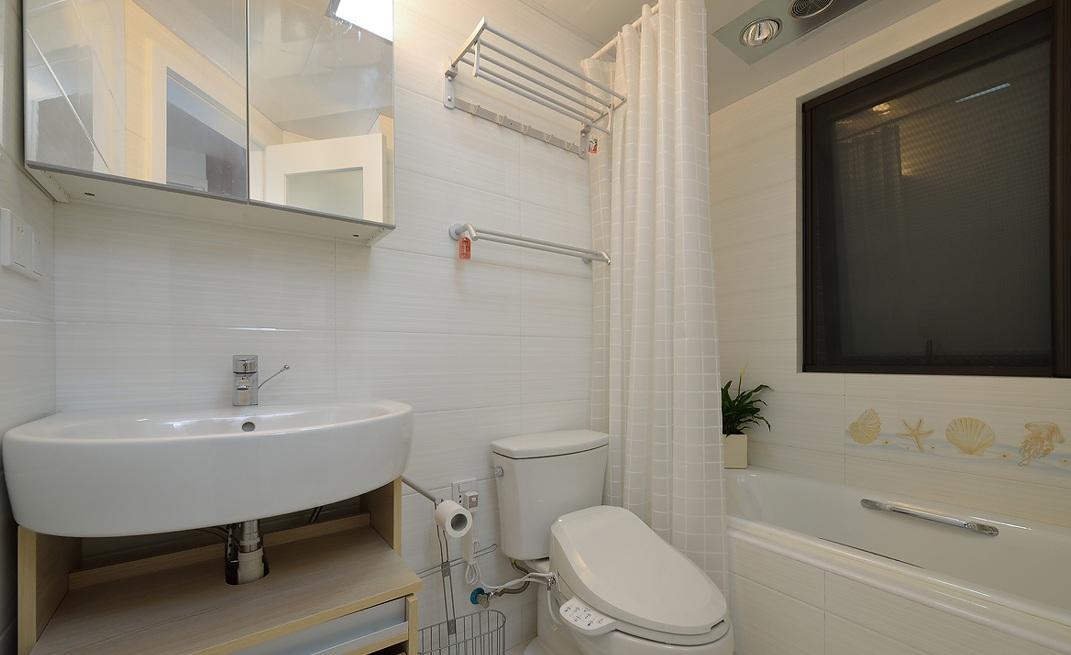 白色简约现代风卫生间浴帘隔断设计