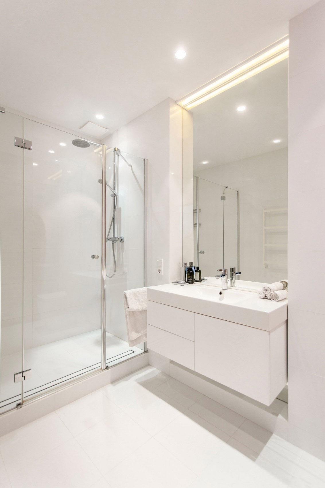 纯白极简主义卫生间玻璃隔断设计