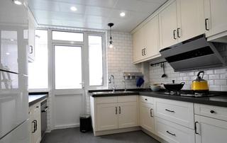 舒适简美式厨房米色橱柜装修效果图