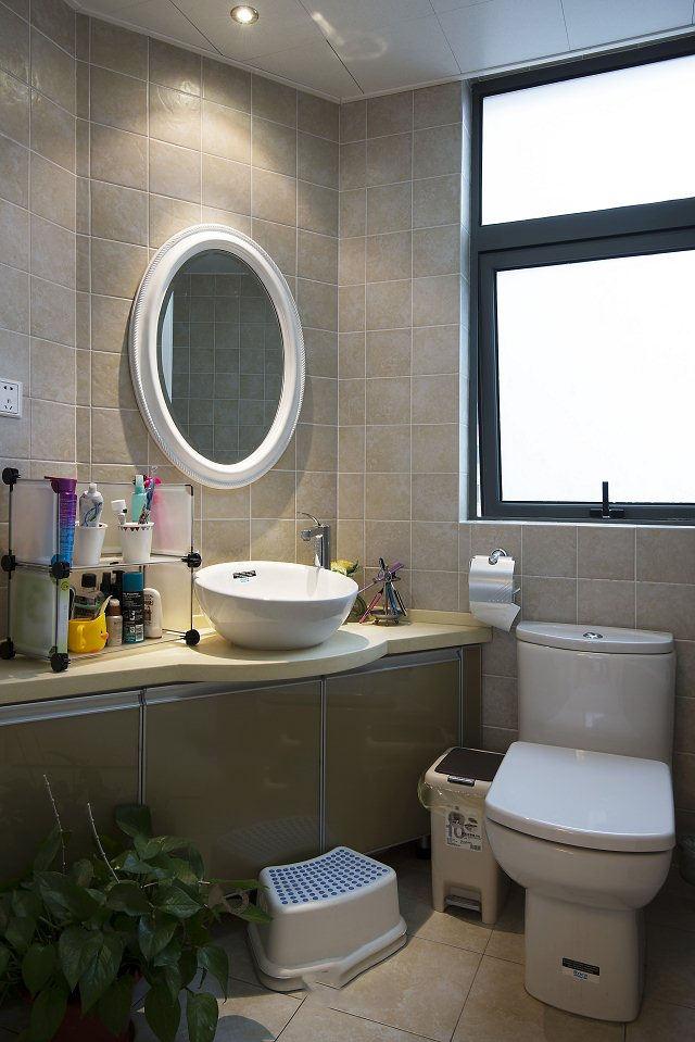 简约田园卫生间室内椭圆形浴室镜装饰效果图