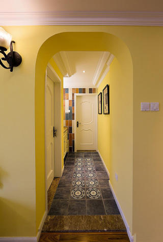 浪漫黄色美式过道背景墙装饰图