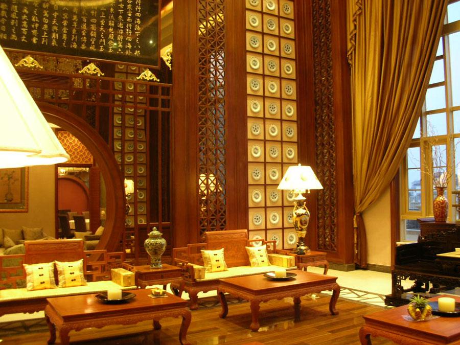 金色典雅中式家居客厅镂空雕花隔断设计
