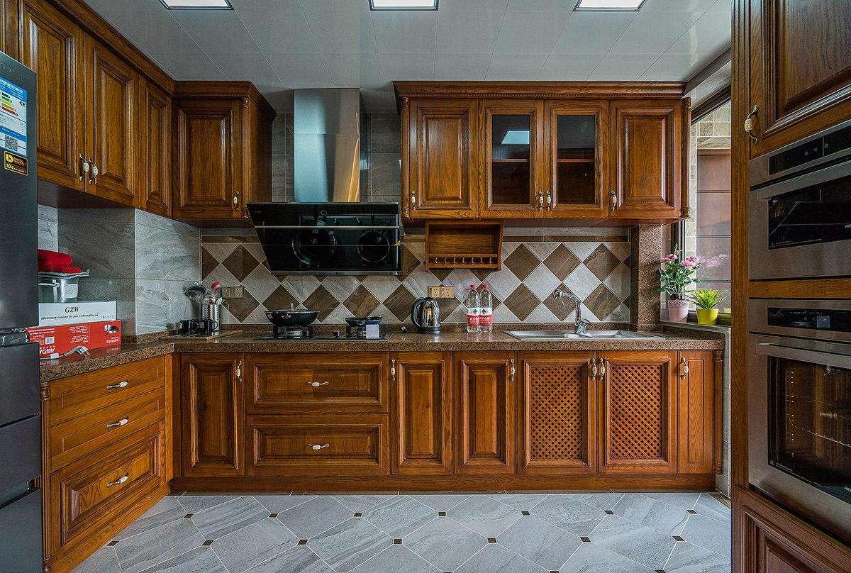 高端復古歐式風格廚房實木櫥柜效果圖