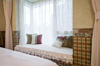 复古东南亚设计卧室格子飘窗效果图