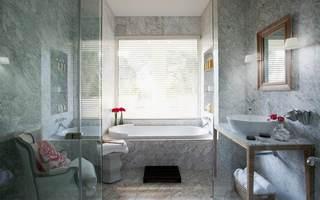 大理石简约卫生间浴室百叶帘装饰效果图