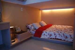 温馨时尚现代小户型复式卧室地台床设计