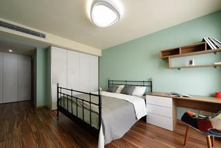 清新简约风格卧室铁艺床装饰案例图
